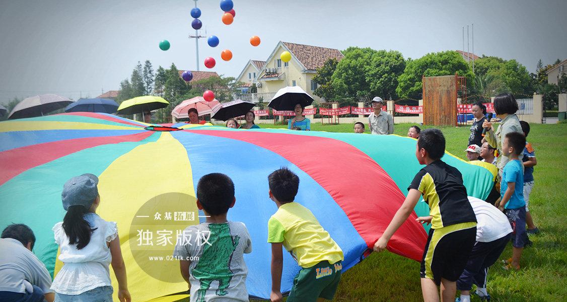 集体彩虹伞把每个小朋友都团结在一起了,要将色彩斑斓的圆球一起抛向天空,可得要小伙伴们默契起来,跟着一二三的口号一起用力向上抛起来。彩虹伞还可以玩很多游戏,比如,集体搭帐篷、做摇篮等等,让孩子们发挥想象,一物多用。