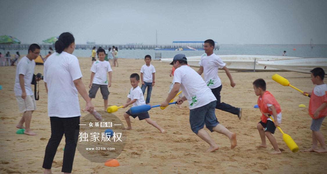 细腻柔软的沙滩本就是孩子们的乐园,更何况和老爸们奔跑在沙滩上玩起了软式棍球比赛。老爸们似乎也回到了童年,玩得忘乎所以,好久没有这么激烈的场面了,充满了竞争,更多的是欢乐。奔跑起来吧,让我们拥有共同的美好记忆。