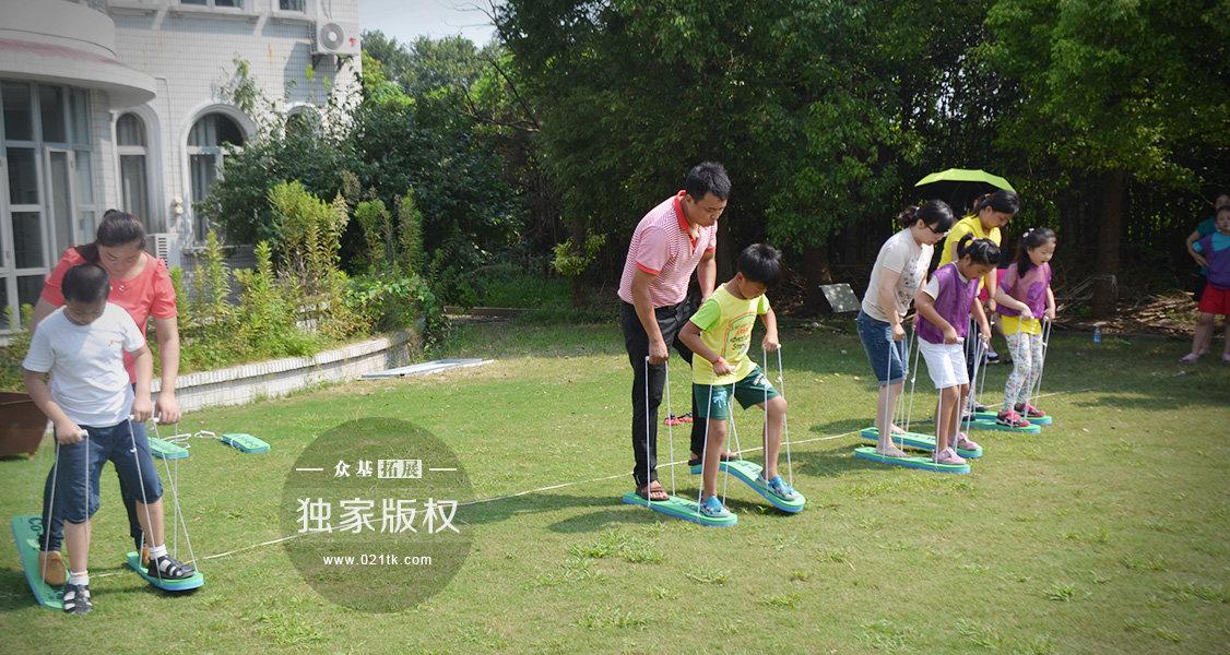 孩子们在家最喜欢和爸爸妈妈玩的游戏就是踩在大人的脚背,然后一起往前走呐。今天的活动居然有类似的游戏,和爸爸或者妈妈一起踩在大脚板上,看看谁家的宝贝和爸妈配合最默契呢。不管结果输赢,能和爸妈一起感受这其中的快乐才是真真重要的了。