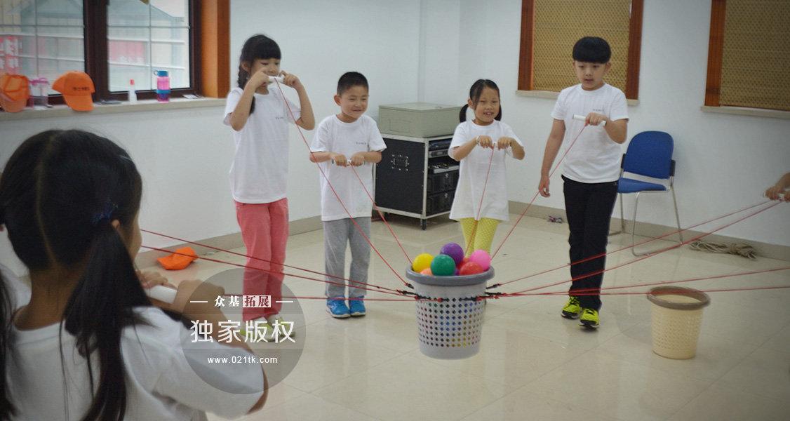 这满满的一箩筐球是要做什么的呢。老师说这个叫物料转移,要求一个不落得集体运送到另一个箩筐中。这个有点难度了,小伙伴们慢慢明白,每个看似简单的活动后面都凝聚着老师们的良苦用心,每个项目都在教会孩子们一个简单实用的道理。