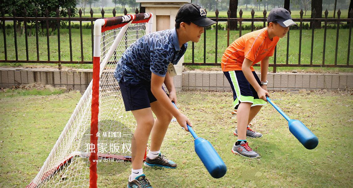 孩子们都喜欢球类运动,在西方国家,棒球、篮球等都是非常火热的项目,孩子自然而然地会对软式棍球感兴趣,无论是防守还是进攻,孩子们都会做得很专业。趣味锻炼的同时更好地培养了孩子活泼的性格和团队协作的能力。
