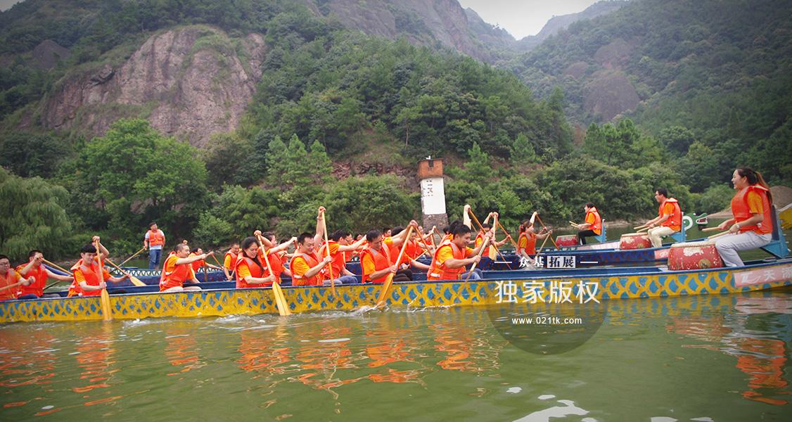 擂鼓声明,诸暨汤江岩上的湖面变得热闹非凡,在这秀山丽水间,赛龙舟的气氛把拓展活动推向了高潮。每一个成员都为了自己队伍的胜利而呐喊,坐在龙头的鼓者卖力地击打着振奋人心的鼓,划桨的成员们跟随着鼓声的节拍向着终点划桨。