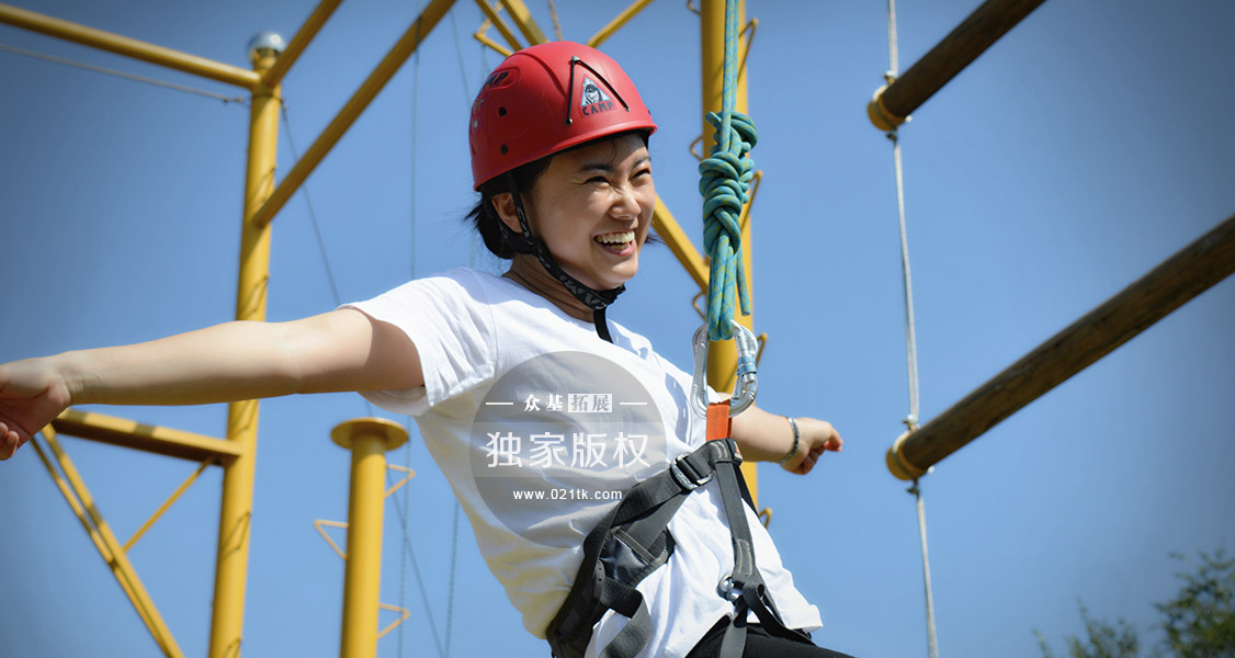 在节目《跟着贝尔去冒险》主持人所挑战过的高空项目之一,高空抓杠是三大高空项目中难度相对最大的一个,人攀爬并站立在圆盘上,由于重力原因圆盘开始轻微的晃动,那一刻挑战者是需要承受很大的勇气和心理素质考验的。当然高空项目过程中更需要注重的是安全保障。
