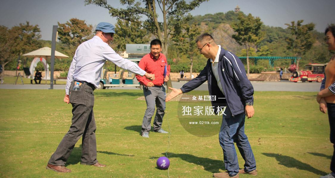 """哪怕是孩子喜欢的玩的躲避球游戏,大人玩起来可比孩子还要疯多了。游戏成员分成两队,各自不能超过规定的线,只能在自己的区域内将躲避球瞄准""""敌方"""",击中则淘汰对方,躲避球的落地位置在谁的区域,发球机会就归哪个队。"""