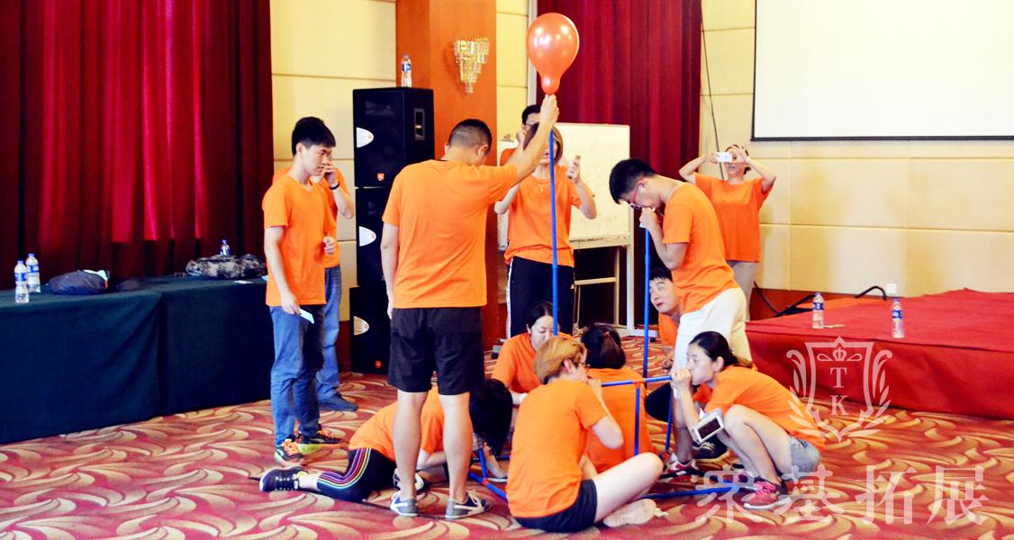 呼吸的力量,管子衔接成功后要队员协力配合吹气使气球最大至爆裂,考验你肺活量的时间到了,燃烧吧我们的队员。