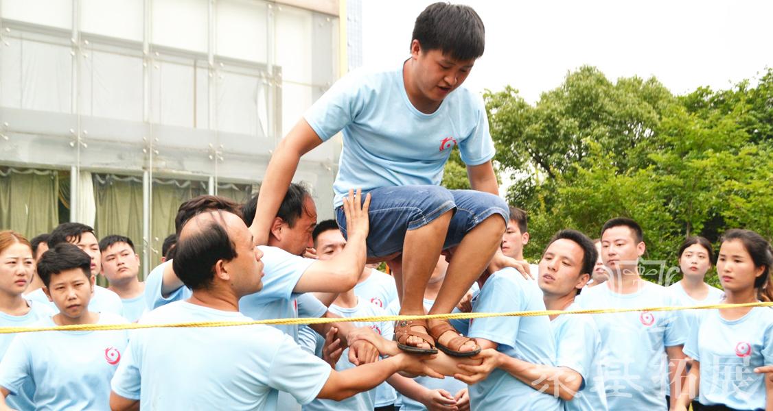 穿越封锁线,顾名思义,可是在真正的现实生活中这项团队协作的挑战任务你是否有勇气去挑战呢?当队员们的手臂托举起你的那一刻你是否可以继续勇往直前?