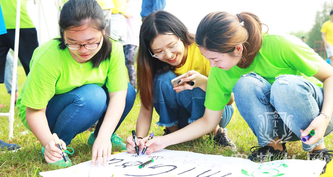 在建造梦想过山车时队员们都分工明确,队员们画着一幅幅属于自己团队的海报,画上梦想画上祝福。