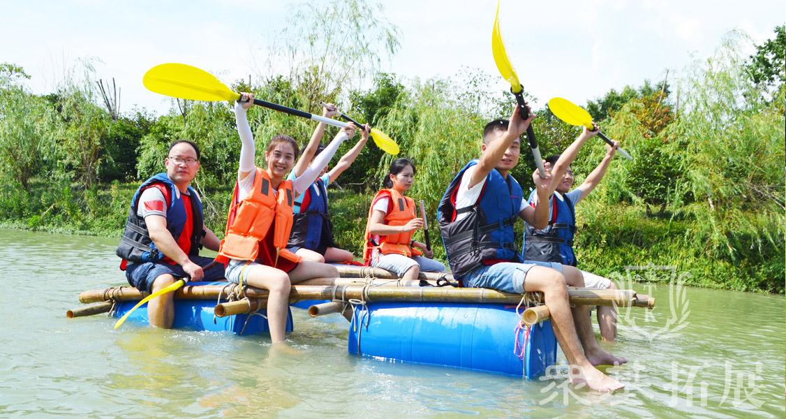 扎筏泅渡,本项目给每组成员发放扎筏用的所有物品,如竹竿,塑料桶或油桶,棕绳等。要求在规定时间内扎成一只可以渡河用的竹筏,所有人坐在扎好的筏子上,教练检查竹筏并确认其合格,牢固后小组成员在河流或大海中漂流一段时间到指定位置。