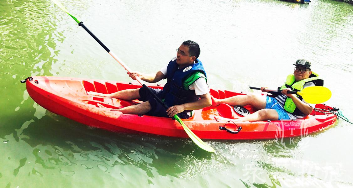 湍急的河流一组组队员逆流而上,不仅可以欣赏到河岸两侧的美景也可以促进与队员之间的沟通默契,在炎炎夏日吹着河岸上的空气。