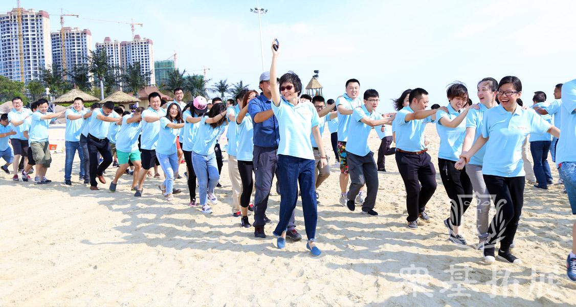 跟着培训师的节拍一起舞动起来,在队员与队员之间搭建起来的人墙里进行穿梭,快乐的和你的伙伴打招呼,这样的活动你是不是也想参加?在轻松快乐的氛围下驻足。