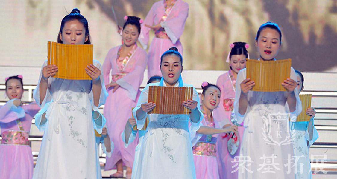 年会中的主题是最重要的,节目表演中也始终贯穿,古诗词的韵味中华文化的博大精深源远流长,这也代表着企业的文化。