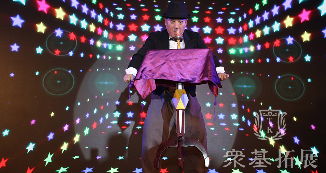 与以往年会不同的是这次奥润科技的年会节目里加入了魔术表演,当中惊喜不断。