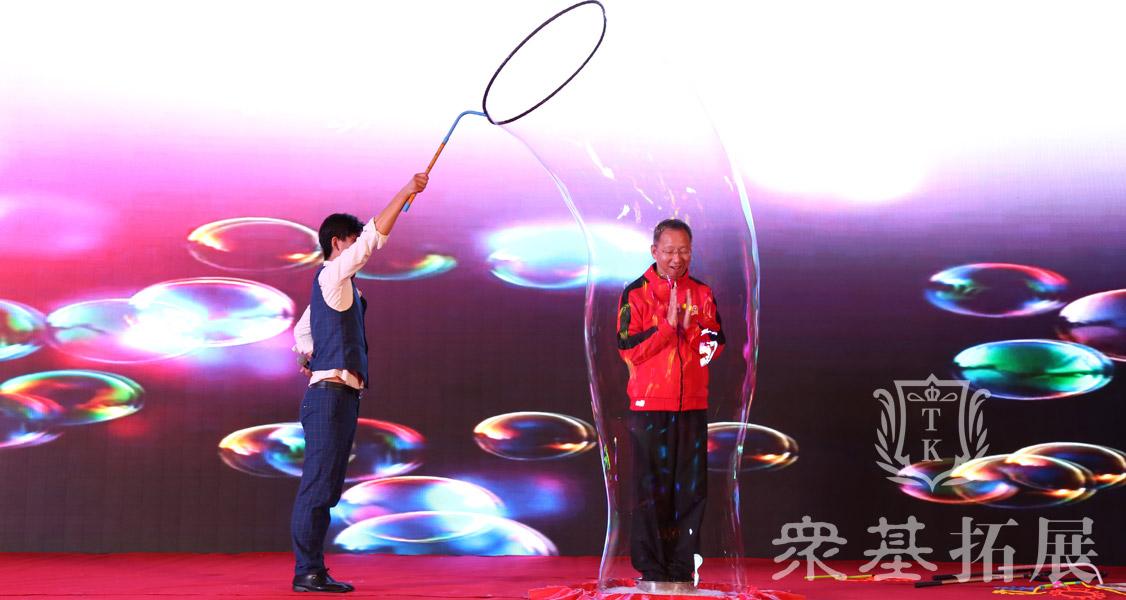 互动泡泡秀表演类节目,也是晚会不可缺少的一个。