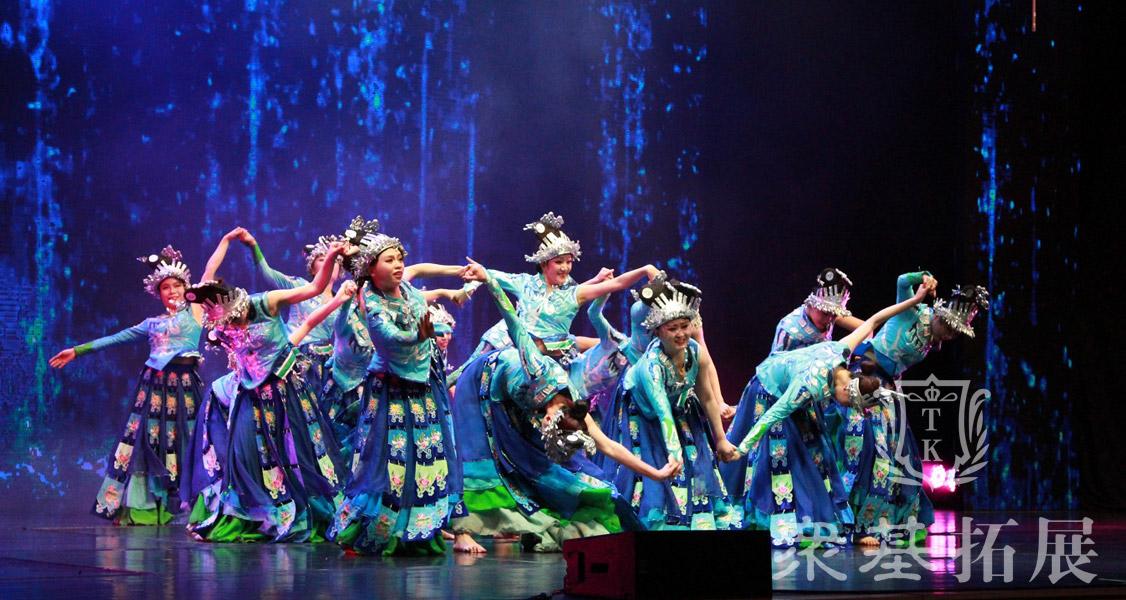 年会的舞台上不可缺少的一大亮点特色就是精彩的节目表演,炫目的灯光下专业的舞蹈老师,在公司年会上进行一场视觉盛宴。
