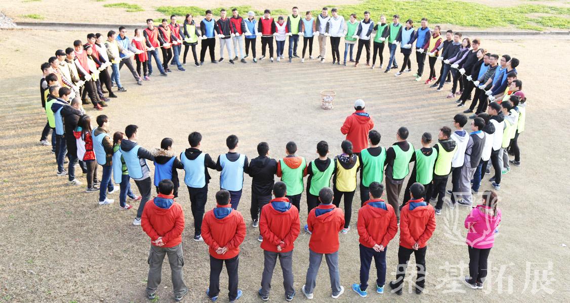 """提升团队凝聚力、开发团队潜能、塑造个人正向信念、锻造钢铁意志。训练过程激情澎湃,斗志昂扬,给团队成员以震撼和力量!每个""""成员""""就像一只只蚂蚁蕴含着巨大的力量和潜能。"""