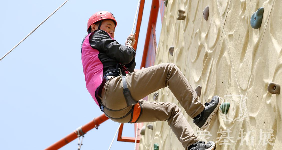 攀岩运动是从登山运动中派生来的新项目,也是登山运动中的一项竞技体育项目。它集健身、娱乐、竞技于一体,既要求动动员具有勇敢顽强、坚忍不拔的拼搏进取精神,又需要具有良好的柔韧性、节奏感及攀岩技巧,这样才能娴熟地在不同高度、不同角度的陡峭岩壁上轻松、准确地完成身体的腾挪挪、转体、跳跃、引体等惊险动作,给人以优美、流畅、刺激、力量的感受。