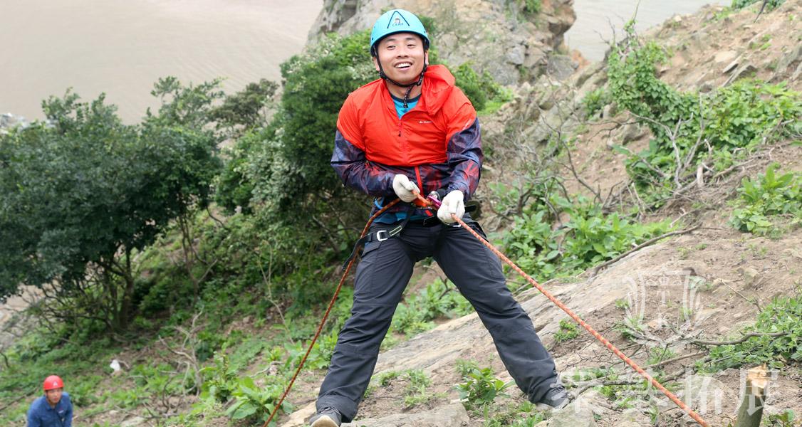 悬崖速降,属于极限运动范畴。它是在教练的指导与保护下,利用绳索等装备由岩壁顶端降下来的一种活动项目。崖降难度并不大,但需要参与者克服对高度与失重的恐惧心理。可以说这项运动既危险又刺激,需要极大的勇气。
