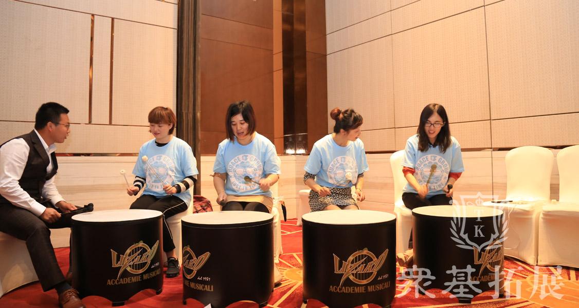 队员们在进行一系列的打击乐练习中,跟着欢快的节拍,团队配合演奏起美妙的音乐。