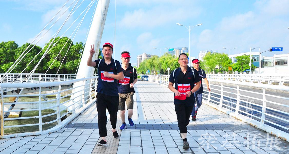 长跑是一项全身性运动,也是长时间的体育项目,他有助于锻炼人体的心肺功能,在长跑过程中,快节奏的深呼吸可以让身体吸入更多的氧气,这对肺部功能的增强非常有利。