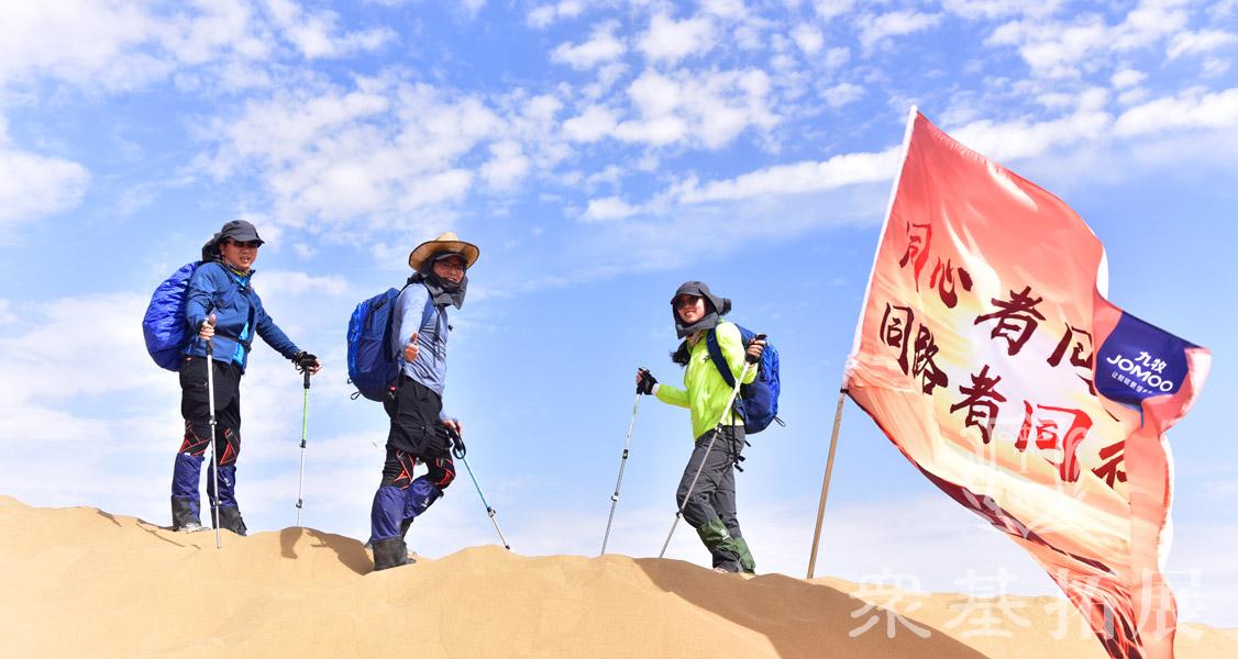 在沙漠,每到一处,都有着不同的心境,尤其当同路人看见一片水域或一户人家,都会不由自主地尖叫、讨论,这便是他们生命之旅的意外发现,更是出于一种对生命的敬仰。