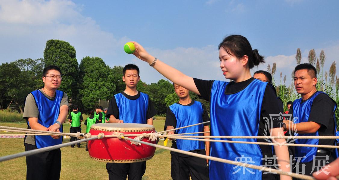 动感颠球:用绑着绳子的鼓把皮球不落地的一次性颠15个。