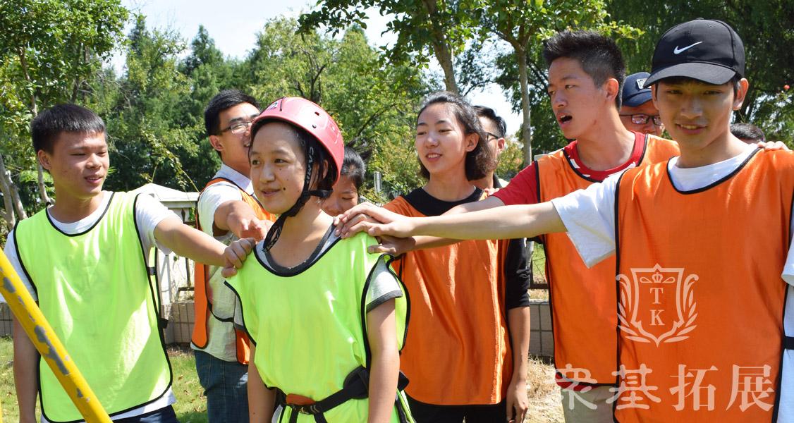 在挑战项目之前,队员们集体为队友加油鼓励进行挑战。