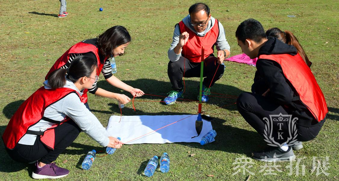 项目:神笔马良又称妙笔生花,所有队员拉绳子的末端,在不接触毛笔的情况下,按照教练的要求完成指定的任务。最快完成的为获胜。