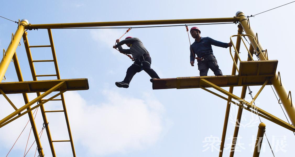 断桥这个项目是体验式培训中一个经典的项目,实际上我感觉,只要做过这个项目的学员都会受益良多的,而无论大家在上面呆的时间长也好,短也好,过的去也好,过不去也好,都会明白一个道理,人在生活的道路上一定要有勇气,要有良好的心理素质。